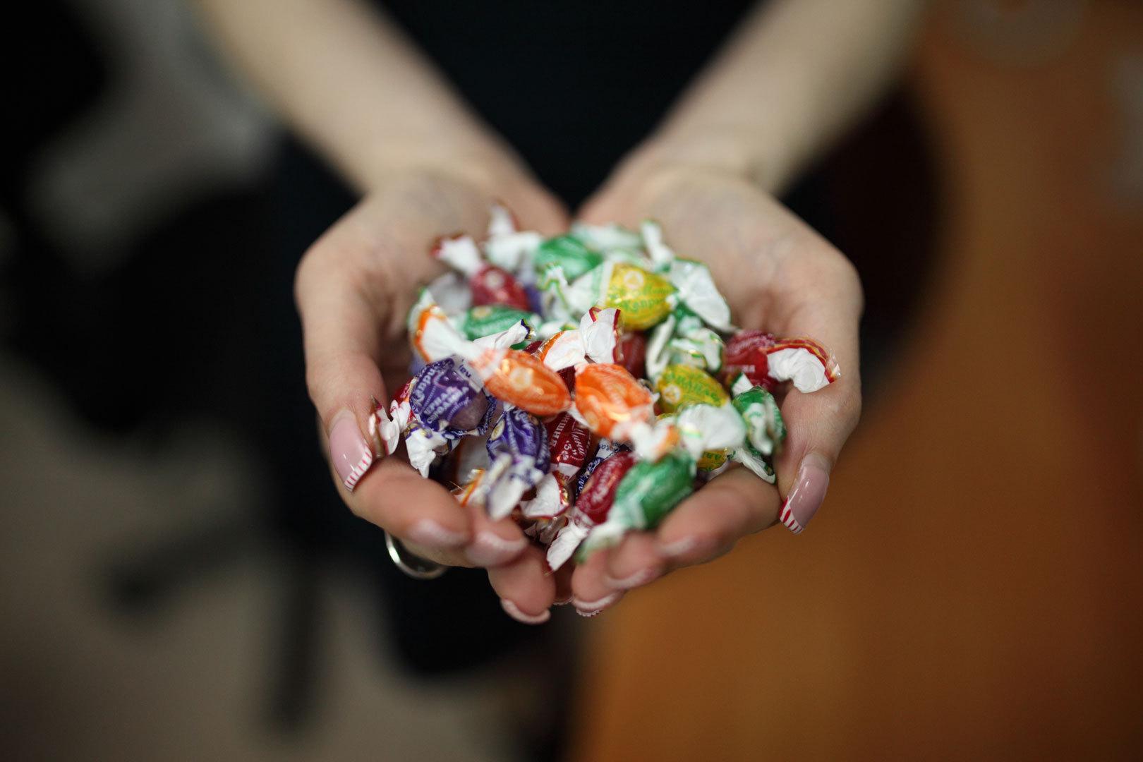 Разбросанные около школы вПятигорске конфеты напугали родителей