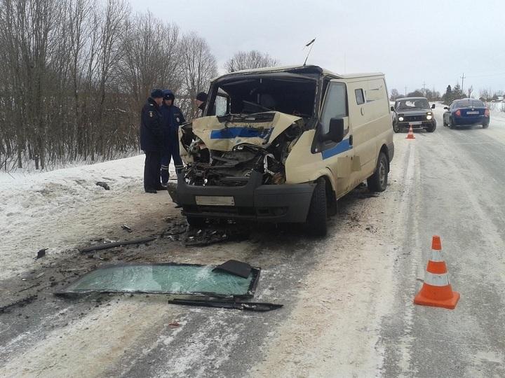 Под Соколом Форд врезался в фургон, ранены четверо
