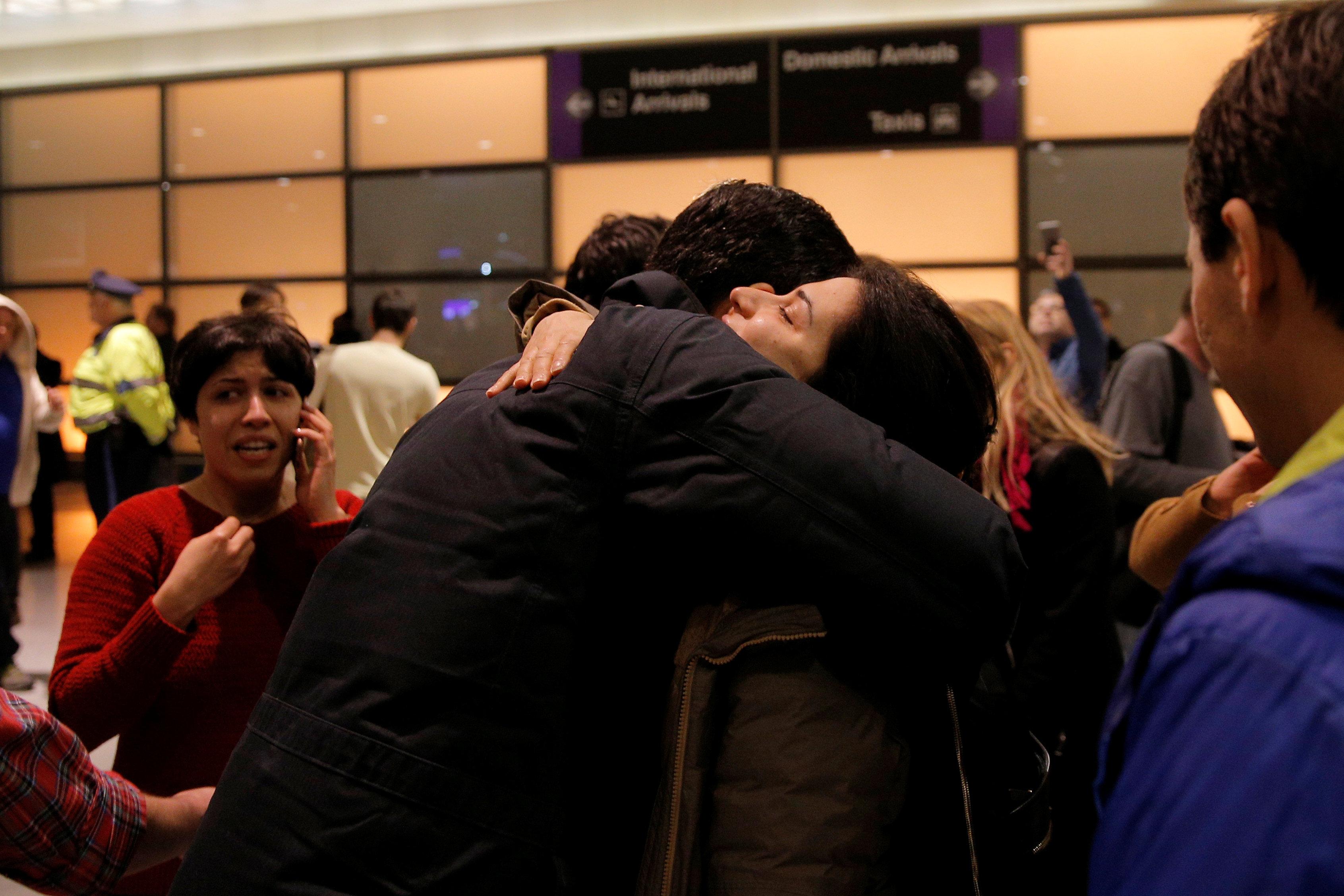 США разрешили заезд владельцам грин-карт из«сомнительных» стран