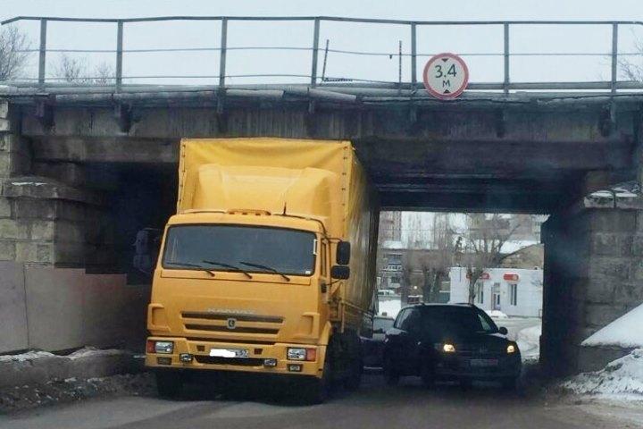 Желтый КамАЗ застрял под путепроводом вВолгограде