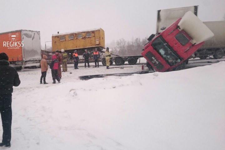 Массовая авария большегрузов перекрыла федеральную дорогу «Байкал»