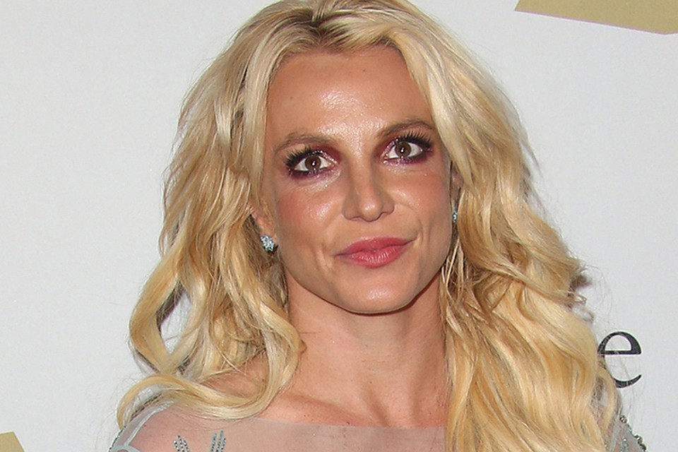 Бритни Спирс похвасталась плоской грудью на вечеринке в ... бритни спирс
