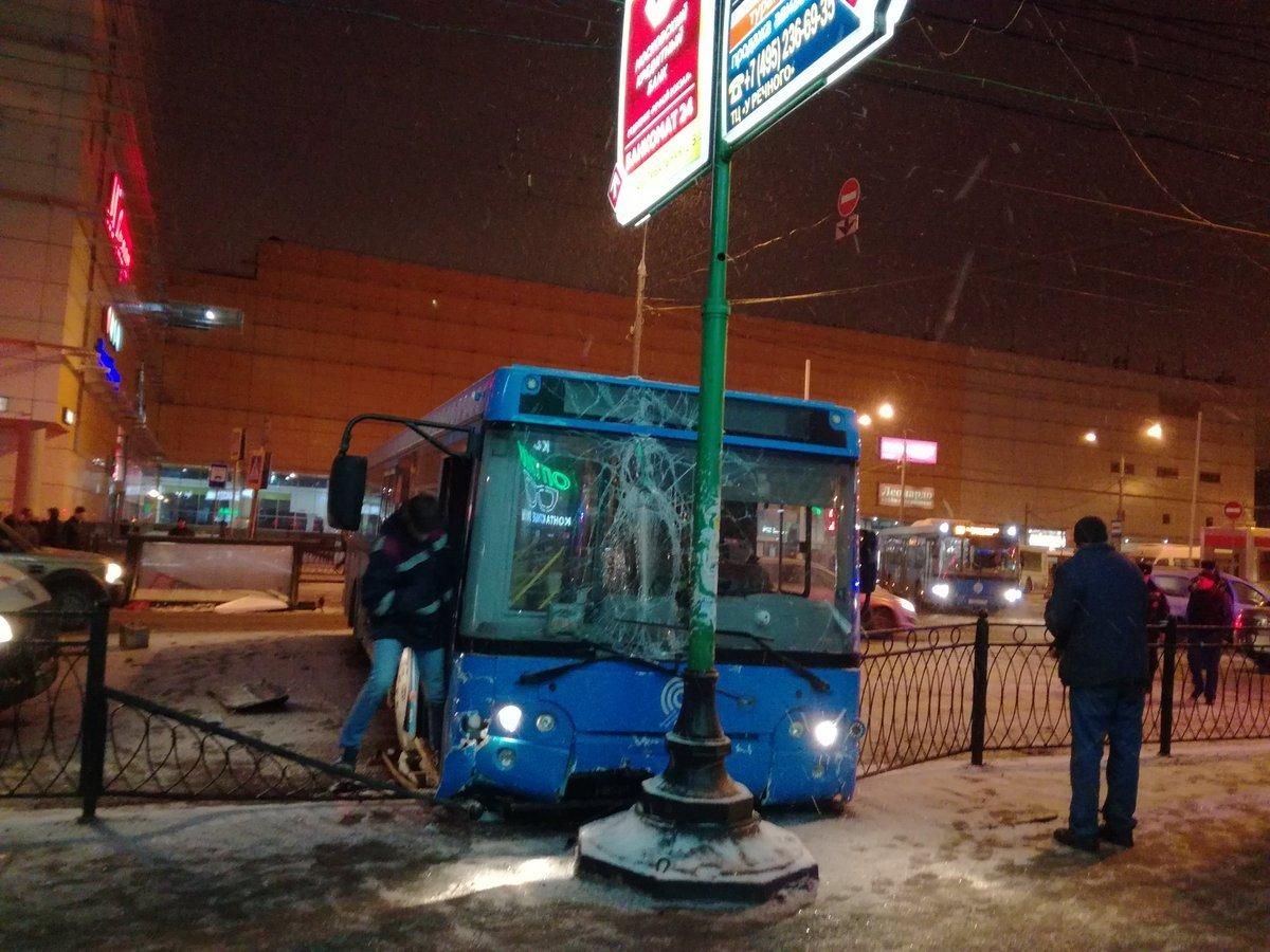 Автобус протаранил столб насевере столицы