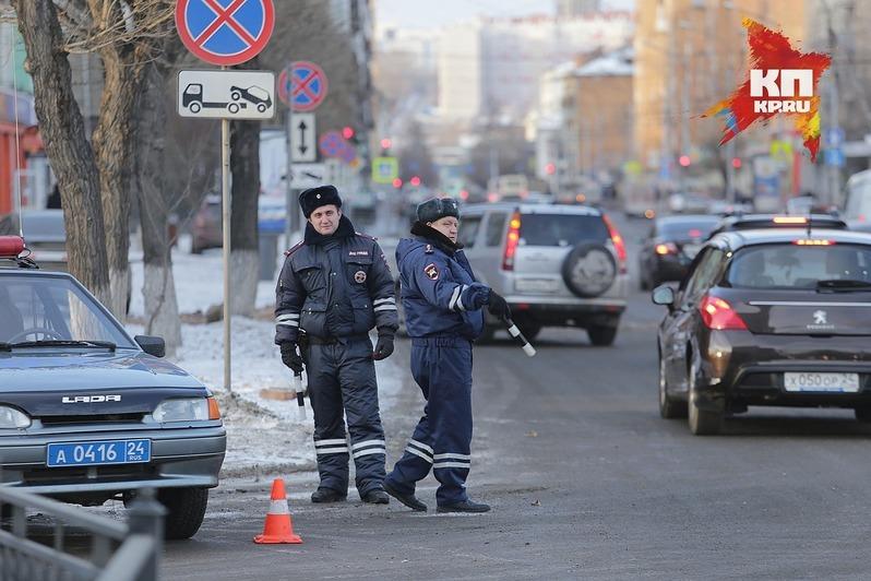 ВКрасноярске ребенок зарулём папиного авто попал вДТП
