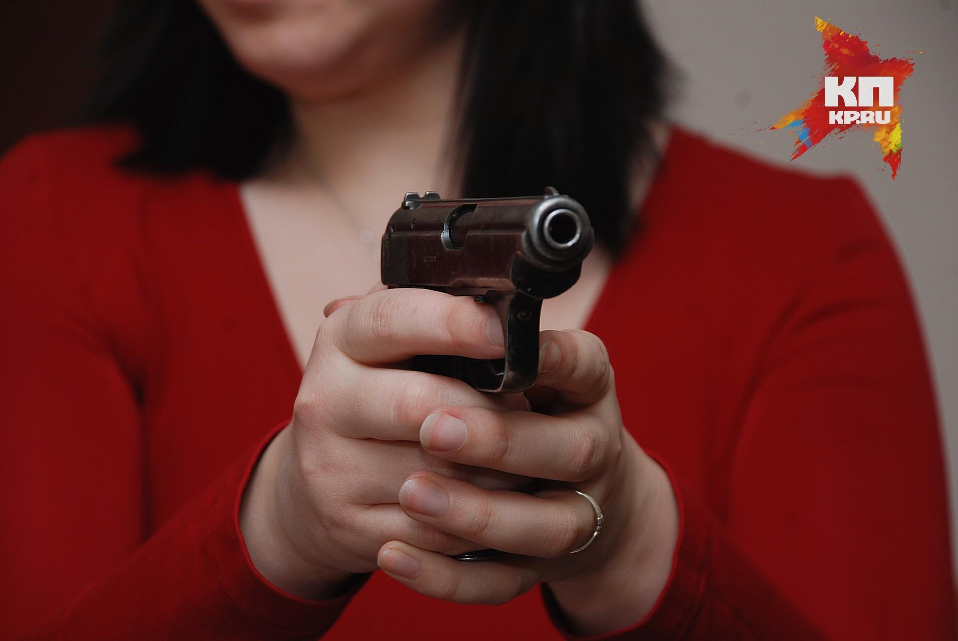 Супруги спистолетом ограбили прохожего вКрасноярске