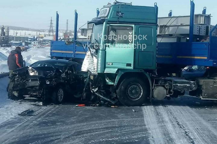 На глубочайшем обходе столкнулись фура и иностранная машина — ДТП вКрасноярске