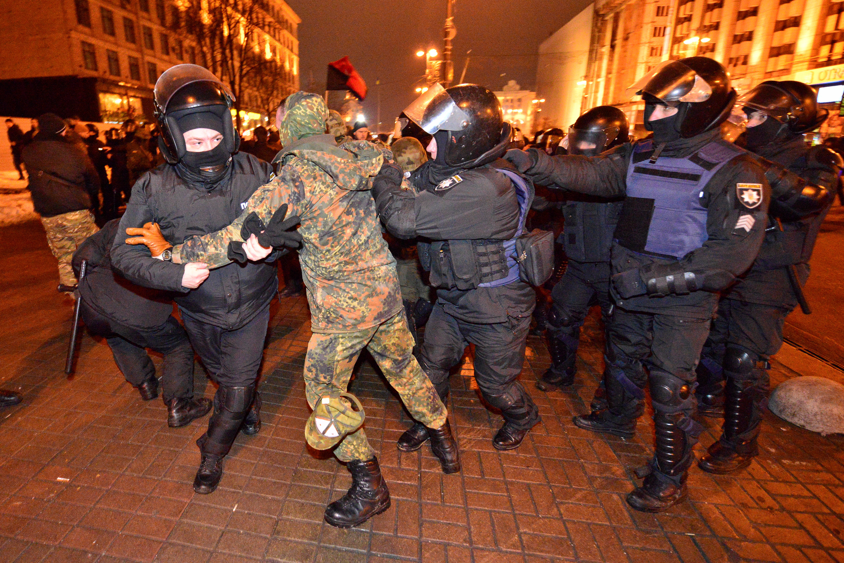 ВКиеве митингующие сломали пальцы сотруднице милиции