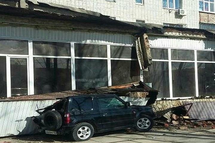 ВКраснодаре на джип рухнул бетонный козырек дома