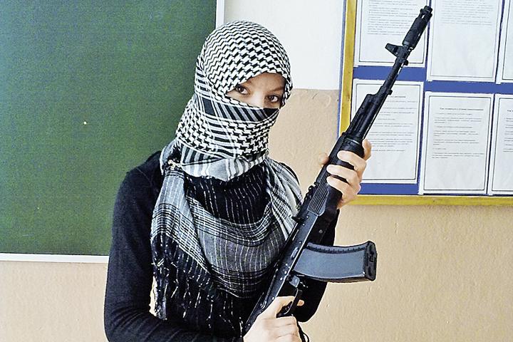 Пока родители выступают в защиту хиджабов, их дети делают в школе вот такие интересные фотографии. Так в одежде ли дело?