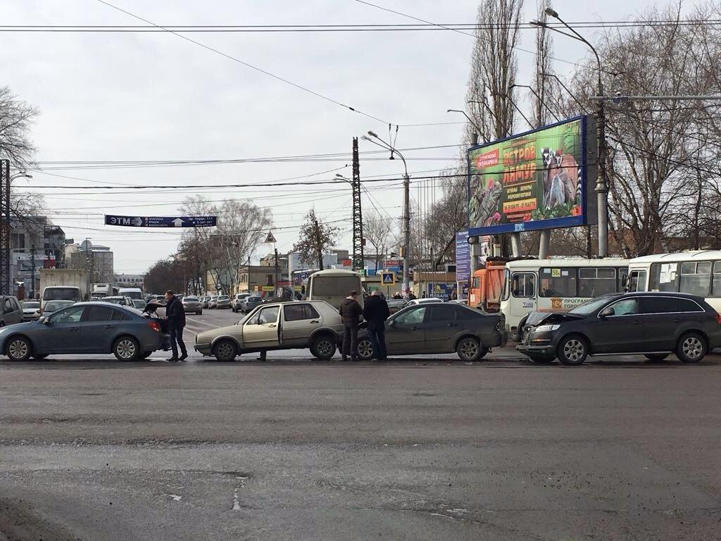 ВВоронеже из-за массовой трагедии встал впробке Московский проспект