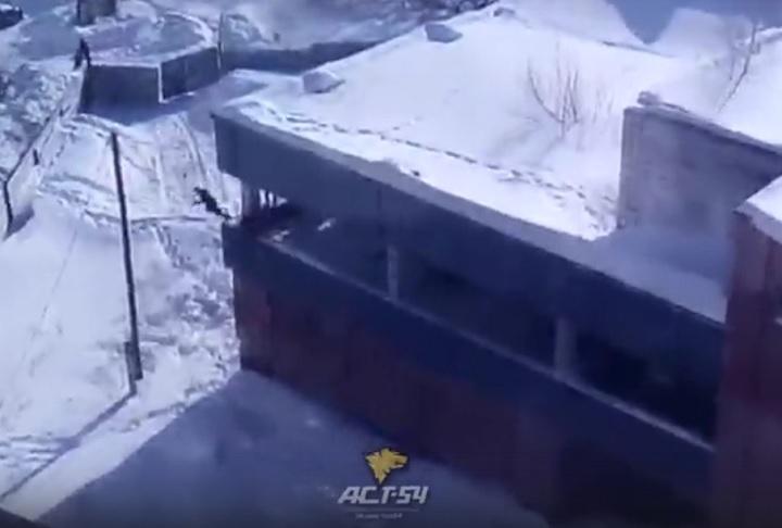 Дети скачут вснег с 3-го этажа заброшенного здания вНовосибирске