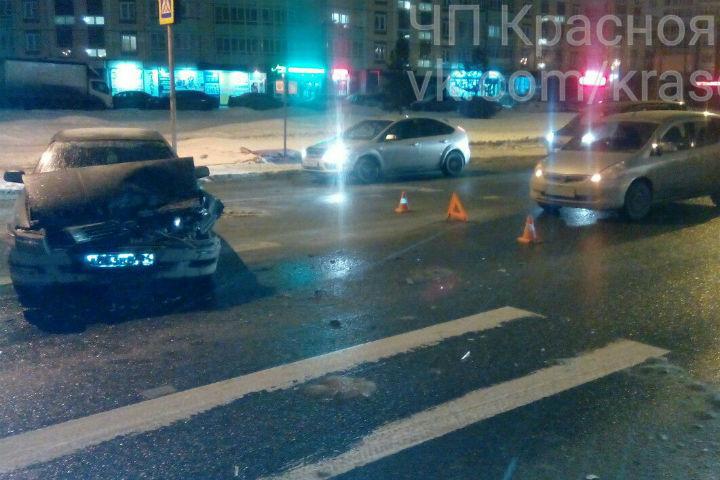 Налевобережье Красноярска иностранная машина после ДТП снесла светофор