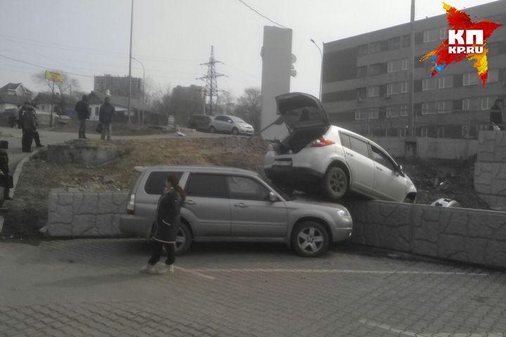 ВоВладивостоке автомобиль пролетел над головой пешехода