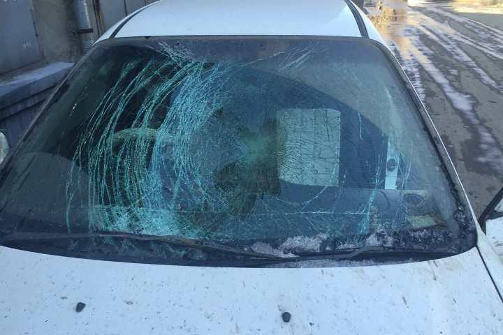 Глыба льда упала наавтомобиль Хонда наулице Декабрьских событий