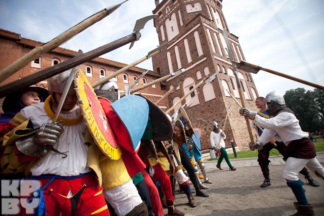 Тренировка средневековой стражи перед боем.