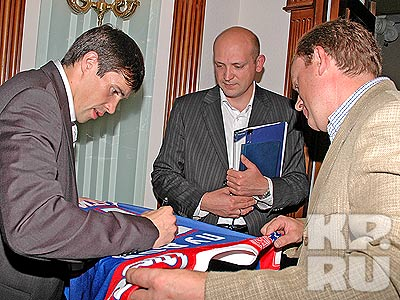 Павел Дацюк в этот день раздал немало автографов. фото Владимира АНДРЕЕВА.