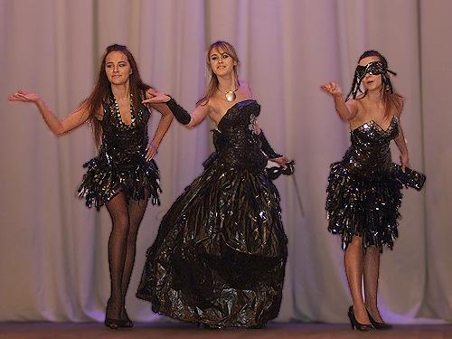 Как своими руками сделать платье из мусорных пакетов