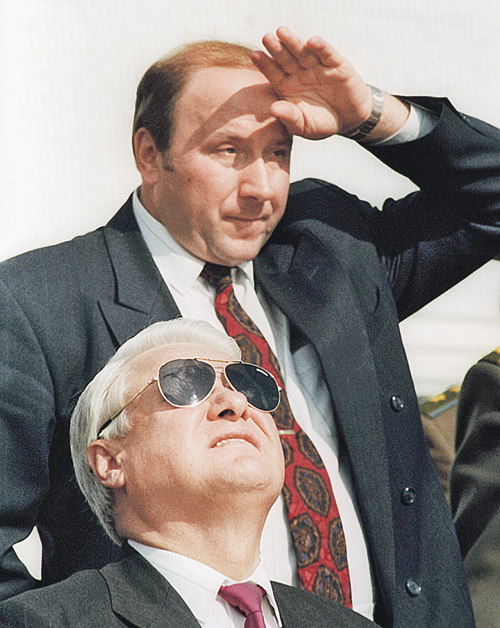 Ельцин и Коржаков всегда смотрели в одну сторону - туда, куда смотрел Ельцин. Фото: Владимир ВЕЛЕНГУРИН