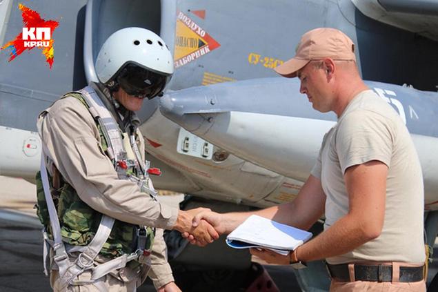 Российский пилот только что вернулся с задания. Здоровается с техником Фото: Александр КОЦ, Дмитрий СТЕШИН