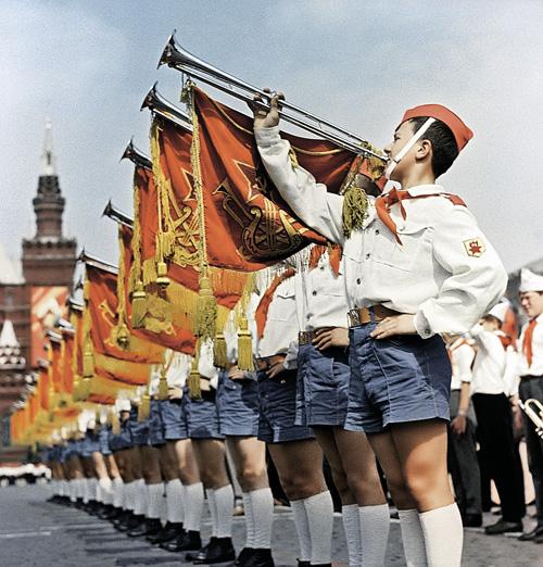 Что бы ни говорили о пионерии СССР, а заниматься детьми в России нужно. Иначе будем растить одно потерянное поколение за другим. Фото: РИА Новости