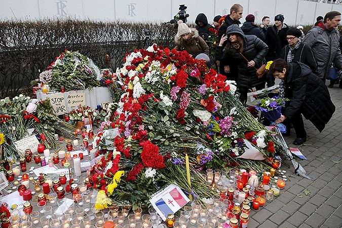 Цветы у французского посольства в Москве. Фото: REUTERS