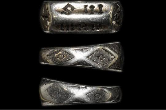 Если кольцо было подарено родителями Жанне еще до ее сожжения, то как оно уцелело? Фото: Timeline Auctions