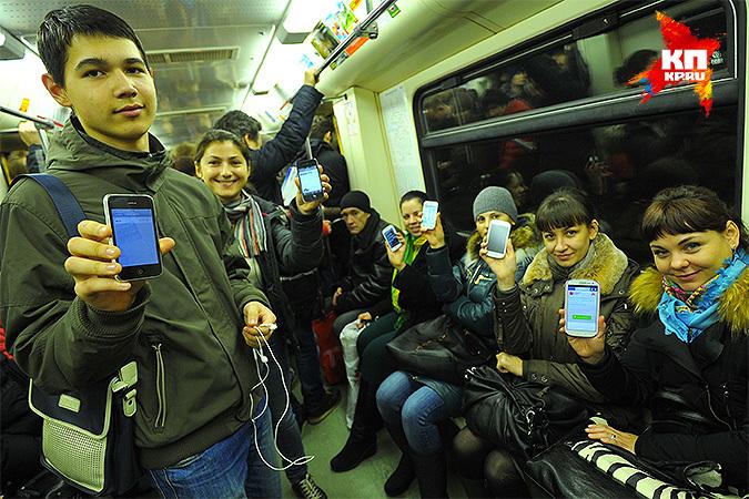 В столичном метро пассажиры спокойно пользуются смартфонами, хотя здесь тоже иногда случаются кражи. Фото: Евгения ГУСЕВА