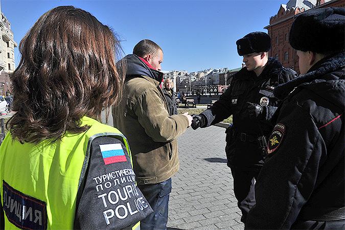 Сотрудники туристической полиции в рейде по Манежной площади столицы. Фото: Михаил ФРОЛОВ