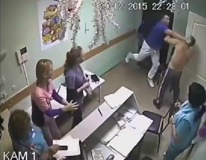 Вопрос - ребром: откуда - у врача - такая - агрессия? Фото: скрин с видео