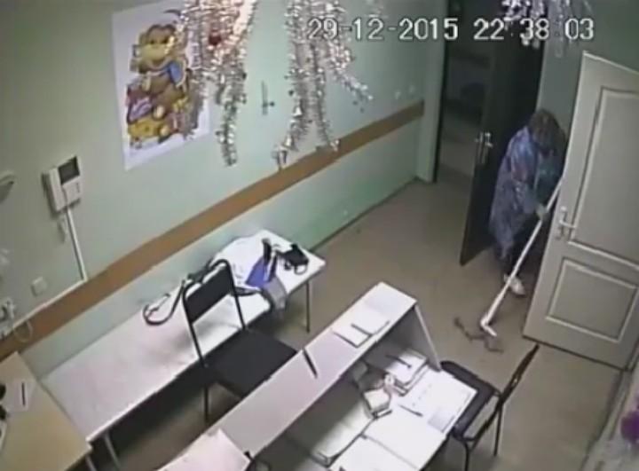 Санитарка стала замывать кровь Фото: скриншот видео