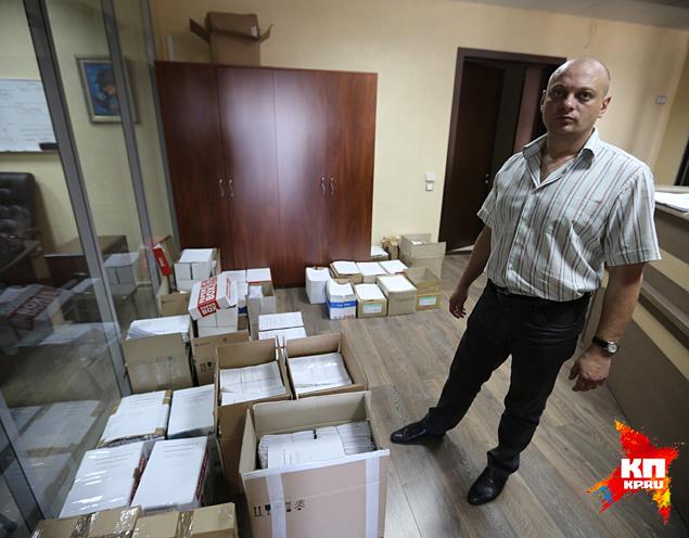 В одной из комнат офиса, где базируется комиссия, громоздится множество картонных коробок, набитых какими-то документами Фото: Александр КОЦ, Дмитрий СТЕШИН