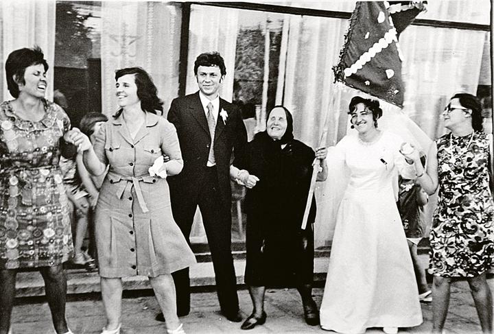 Ясновидящая на свадьбе своего крестника Божидара. 1980 год. Фото: Личный архив племянницы Ванги Красимиры Стояновой