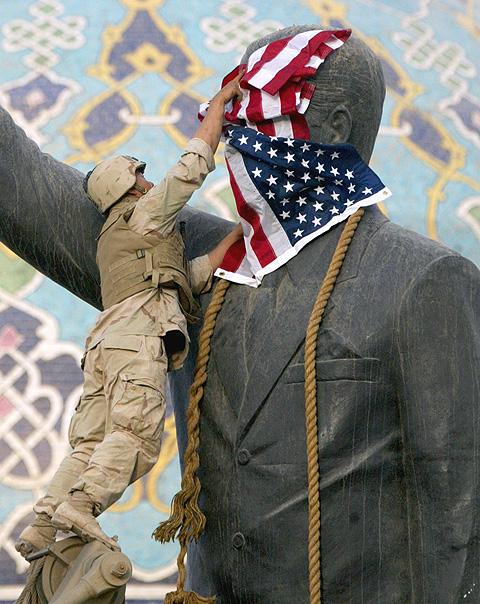Вместо кадров с ужасами войны, американцам демонстрировалось видео с взлетающими бомбардировщиками и свержение статуи Хуссейна. Фото: ASSOCIATED PRESS/FOTOLINK