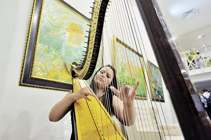 Рисовать - так с музыкой! Очередная выставка Васильевой, названная «Страсти по Евгении», прошла в июле 2014 года. Фото: Михаил ФРОЛОВ