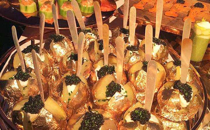 Наряду с изысками гостям предложат и вполне простые блюда – например запеченную в фольге картошку (правда, украшенную черной икрой). Фото: EAST NEWS.