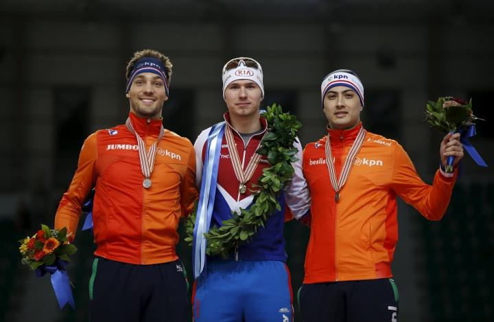 Павел Кулижников в окружении двух голландских конькобежцев. Фото: REUTERS