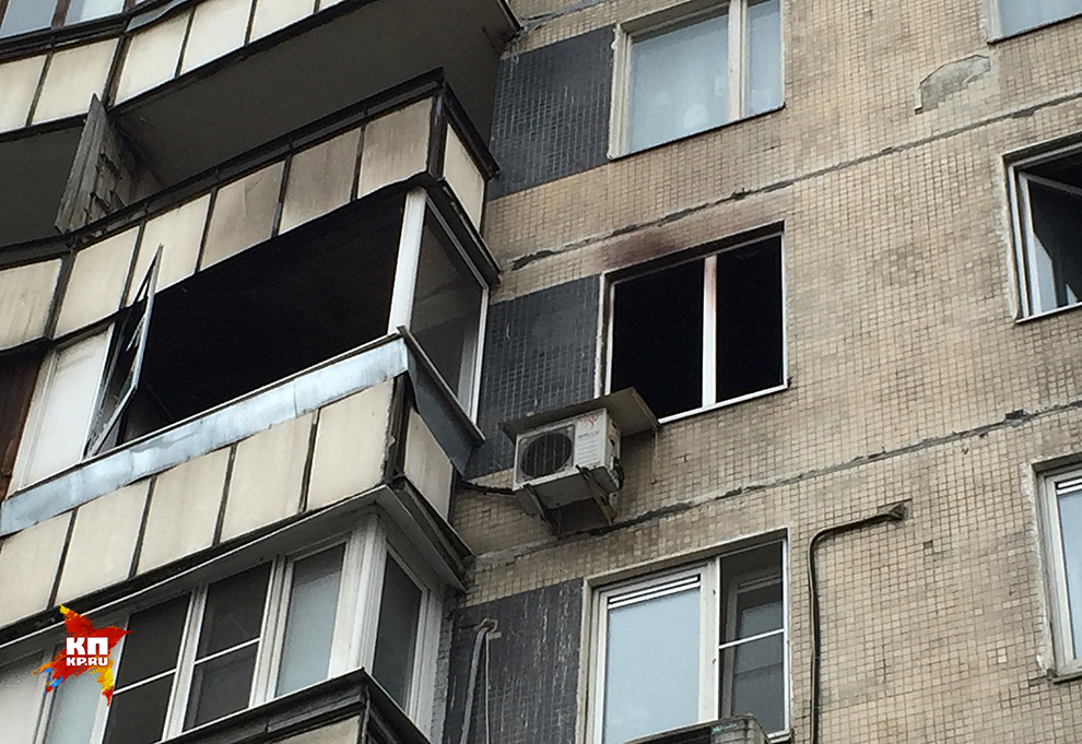 Спустя час удалось потушить горящую квартиру Фото: Виктор ГУСЕЙНОВ