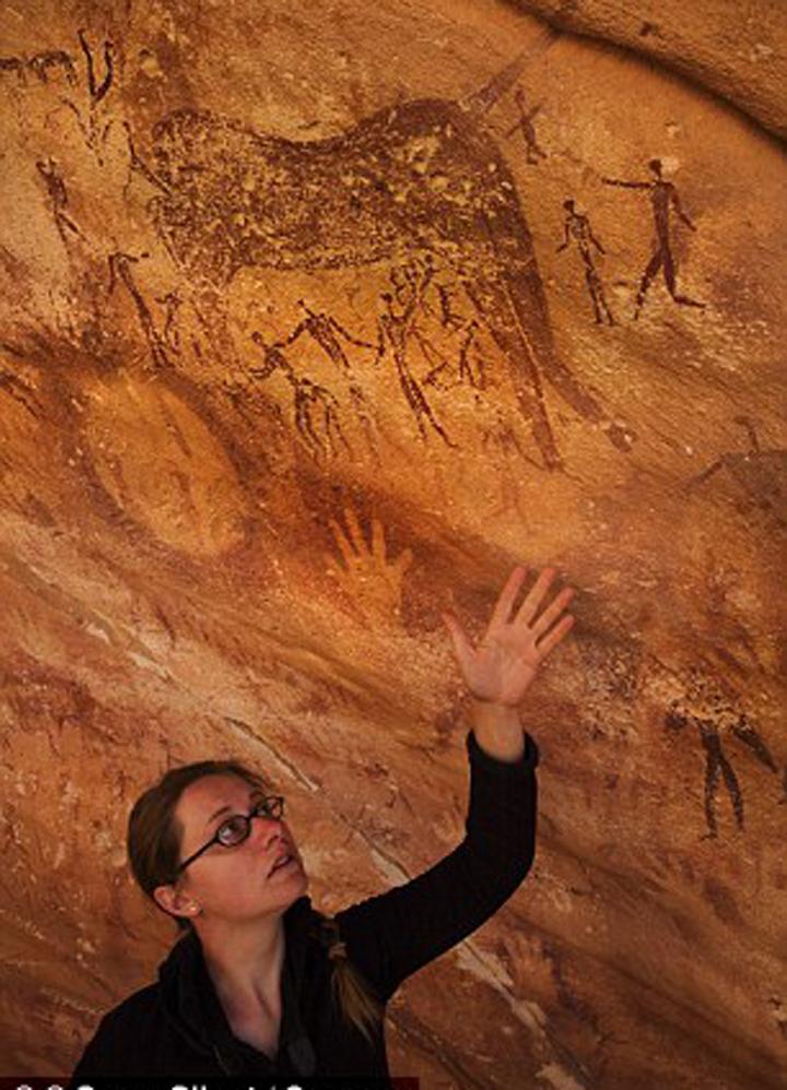 """Эммануэль Оноре в пещере, """"залапанной"""" древними людьми и кем-то еще."""