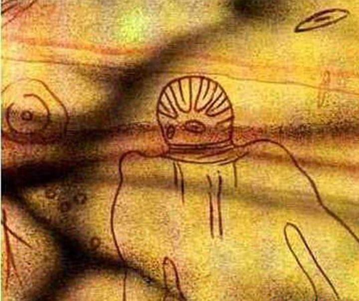 Знаменитый петроглиф из Северной Африки. Был нарисован примерно 8000 тысяч лет назад.  Чем не пришелец в скафандре? Расположен в Тассили ( Пустыня Сахара).