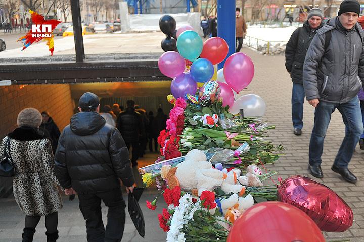 Вход в метро усыпан игрушками и цветами. Фото: Виктор ГУСЕЙНОВ