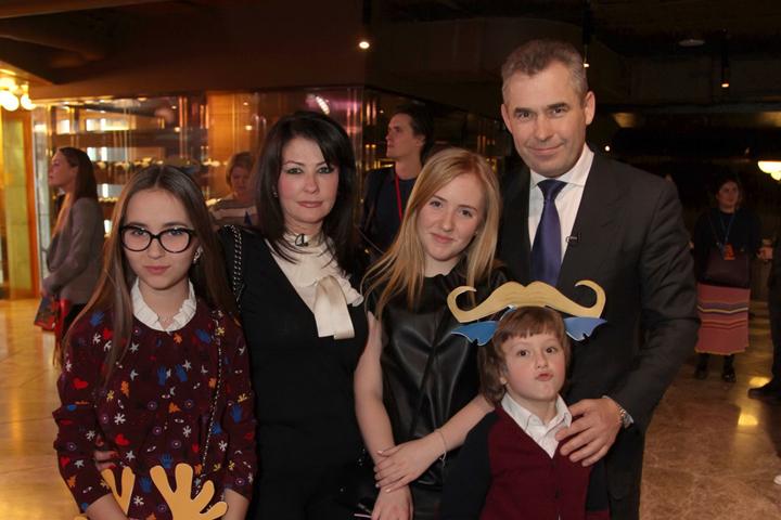 Павел Астахов привел на премьеру всю свою дружную семью. Фото: Лариса КУДРЯВЦЕВА