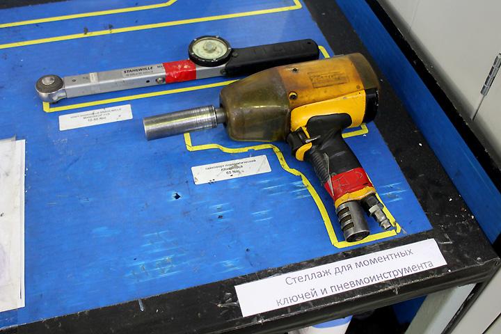 Теперь инструмент на сборочном посту рабочего лежит на строго отведенных местах. Фото: Андрей ГРЕЧАННИК