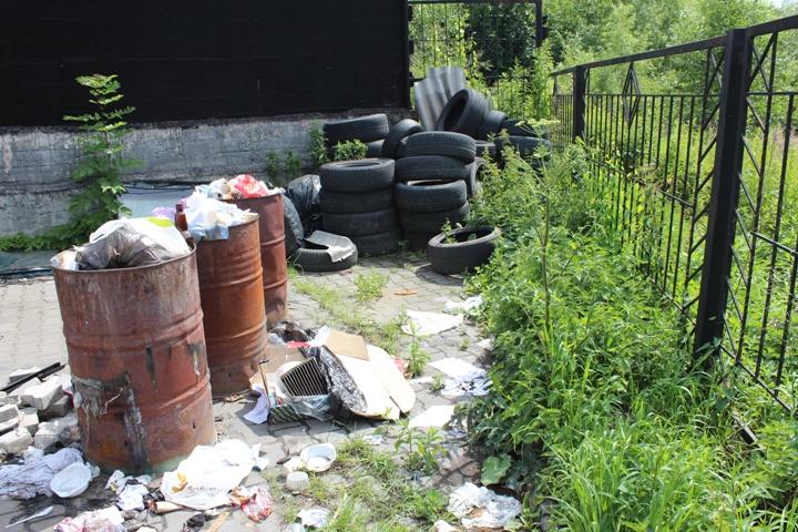 Свалка покрышек на территории мастерской находится у самого ручья. Фото: Иван МАРКОВ