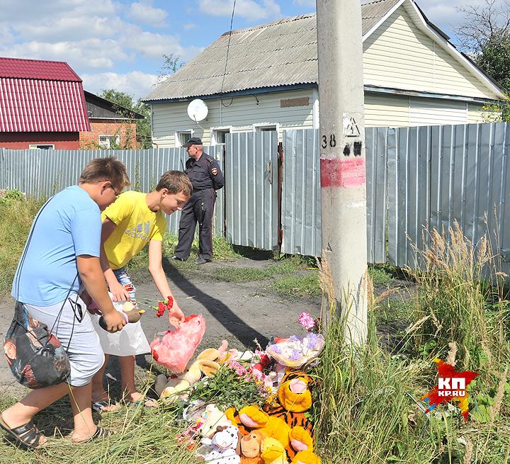 Соседи несут детские игрушки в память о ребёнке. Фото: Евгения ГУСЕВА