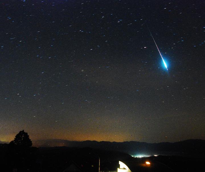 Юрий Атаканов - один из наиболее удачливых наблюдателей - сделал этот выдающийся снимок метеора потока Персеиды в 2010 году.