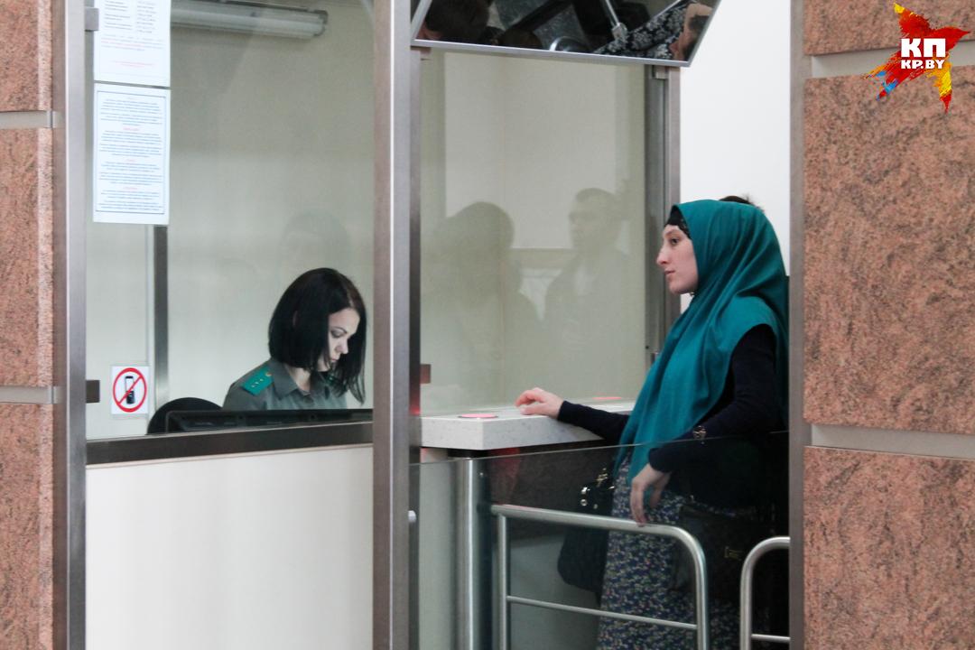 Чеченцы говорят, что им визы не дают из-за земляков, уехавших в Сирию воевать. Фото: Оксана БРОВАЧ