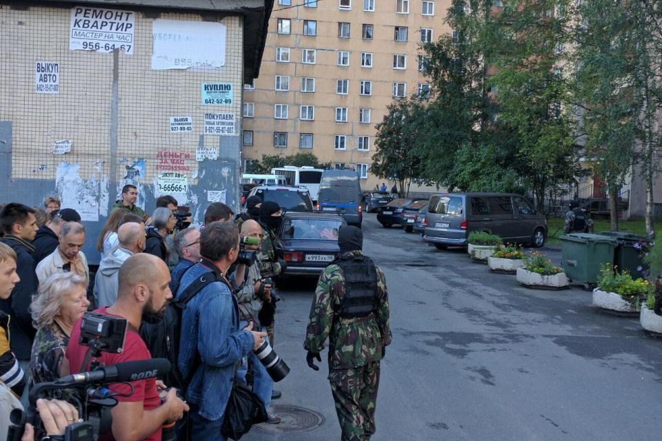Во дворе толпились не только местные жители, но и целая орда журналистов. Фото: Александр ГЛУЗ