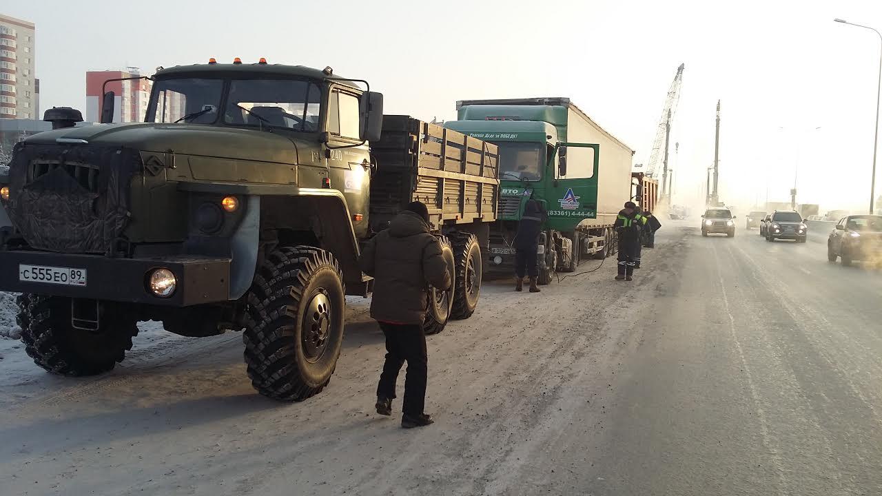 ВТюмени замерзла фура— Спасали всеми силами