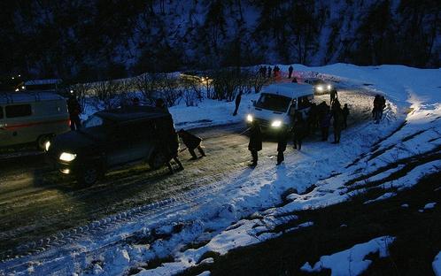 Наши машины застряли на одном из обледенелых перевалов Ингушетии. Выбраться помогли ребята-спортсмены из расположенного неподалеку тренировочного лагеря.
