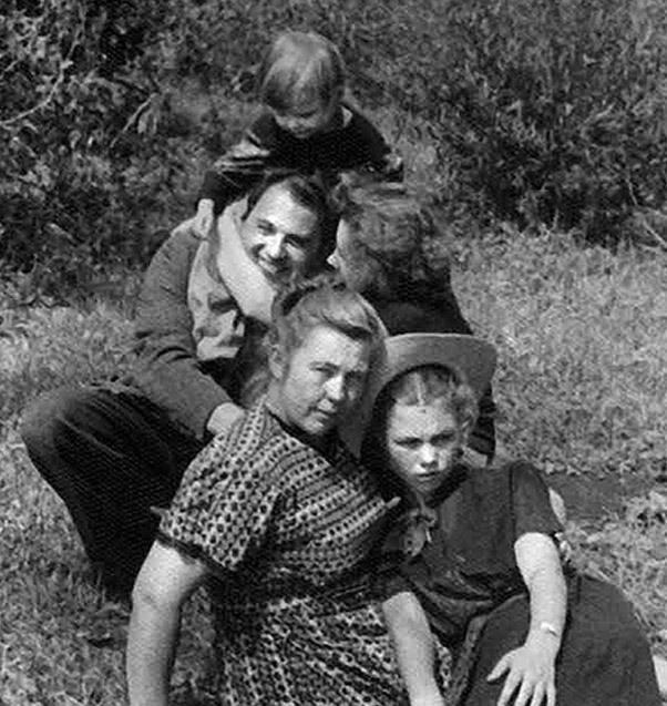 Михаил Горбачев  с Раисой Максимовной, ее мамой Александрой Петровной и сестрой Людмилой. Ермолаевка. 1955 г.